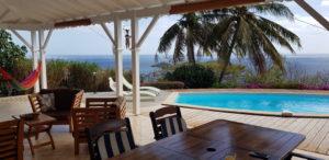 Depuis la terrasse, vue sur la piscine et la mer